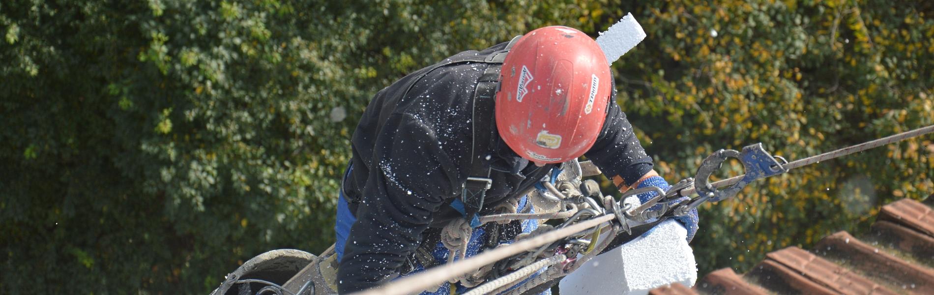 Обрізка аварійних дерев в Луцьку